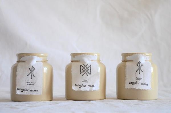 Les trois runes utilisées chez Singular Moon sur les bougies